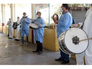 İzmir'de sağlık çalışanlarına moral konseri