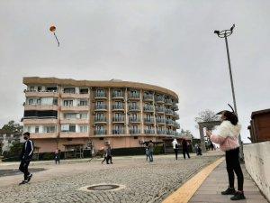 Akçakoca'da çocuklar uçurtma uçurdu parklarda oynadı