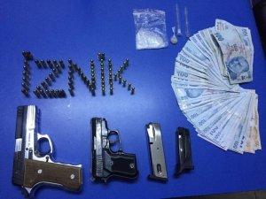 Polisin kontrol noktasında durdukları araçlardan silah, uyuşturucu ve para ele geçirildi