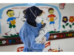 Yeni doğan bebek 23 günlük tedavi ile korona virüsü yendi, alkışlarla taburcu edildi