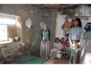 Yıkık dökük evde yaşayan aile yardım bekliyor