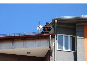 Mahsur kaldığı çatıda bağdaş kurarak kurtarılmayı bekledi, kimse çatıya neden çıktığını anlayamadı