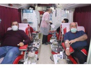 Eğitimciler kan bağışı için kuyruğa girdiler