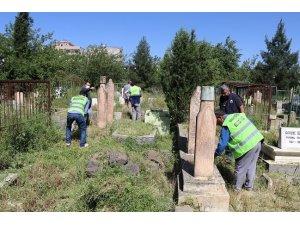 Viranşehir'de bayram öncesi mezarlık temizliği