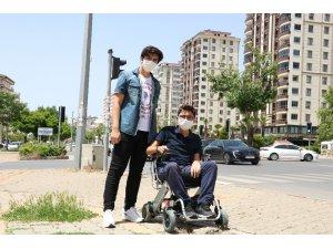 Kahramanmaraşlı genç, sokağa çıkardığı engelli kuzeni ile yürüyüş yaptı