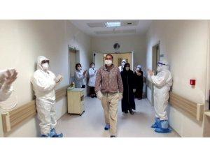 Korona virüsü yenen çift alkışlar eşliğinde taburcu edildi