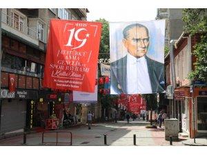 İzmit sokakları 19 Mayıs'a hazırlandı