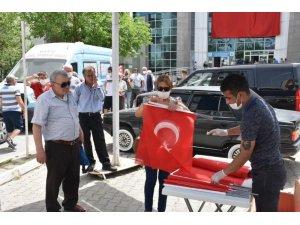 Edremit Belediyesi 10 bin bayrak dağıttı