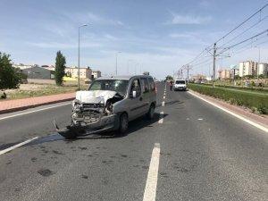Ticari araç servise arkadan çarptı: 3 yaralı