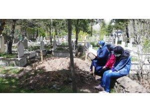 Kısıtlama öncesi mezarlık ziyaretlerinde yoğunluk yaşandı