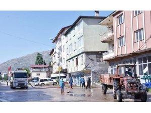 Tufanbeyli'de sokaklar bayram öncesi köpüklü suyla temizlendi