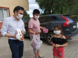 AK Parti ilçe Başkanı çocuklara bayram çikolatası dağıttı