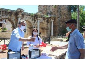 Başkan Uysal'dan sokağa çıkan yaşlılara kahve ikramı