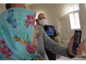 Vali Akbıyık, şehit ailelerini görüntülü arayıp bayramlarını kutladı