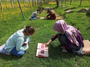 Köy çocukları izin günlerinde kırda mangala oynuyor