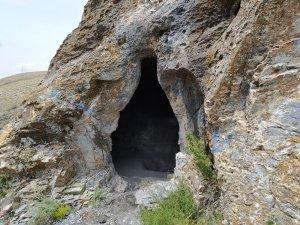 Defineciler mağarayı tahrip etti