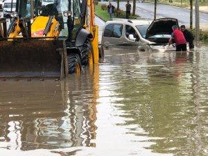 Tekirdağ'da şiddetli yağış araçlar suya gömüldü