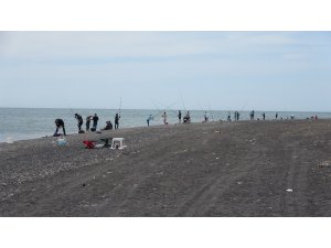 Zonguldak'ta, amatör balıkçılar sosyal mesafeli balık tuttu
