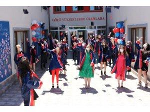 İlk ve ortaokuldan mezun olan öğrencilerin mezuniyet sevinci