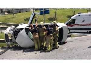 Esenyurt'ta bariyerlere çarpan araç yan yattı: 3 yaralı