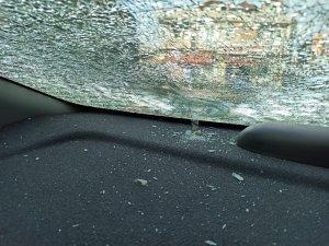 Sakarya'da maganda kurşunu park halindeki aracın camına isabet etti