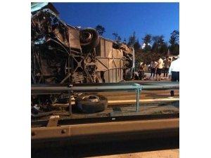 TEM'de yolcu otobüsü devrildi
