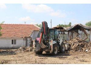 Ergene'de metruk binalar yıkılıyor
