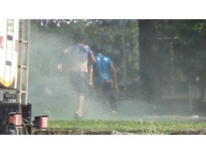 Sıcaktan bunalan çocuklar fıskiye ile serinledi