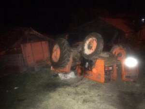 Balya yüklü traktör devrildi: 1 yaralı