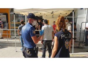 Karabük'te vatandaşlara sosyal mesafe ve maske uyarısı yapıldı