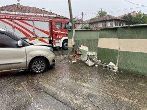 Kavşakta otomobille ticari araç çarpıştı: 3 yaralı