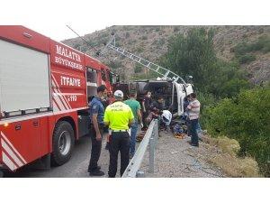 Devrilen kamyonda sıkışan sürücü güçlükle kurtarıldı