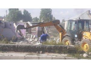 Çaldıran'da metruk yapıların yıkımı sürüyor