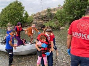 Barajda yükselen suda mahsur kalan vatandaşlar kurtarıldı
