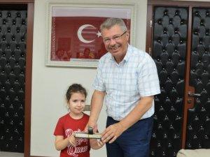 Dr. Sadık Ahmet'in eşinden Başkan Akay'a ziyaret
