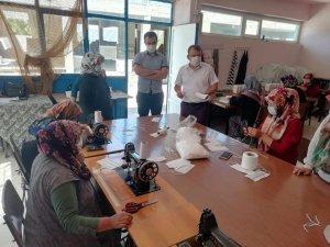 Derebucak'ta gönüllü usta öğreticiler ve kursiyerler koruyucu maske üretiyor