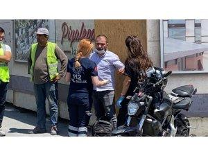 Beyoğlu'nda motosikletli sürücü otomobile çarptı: 2 yaralı