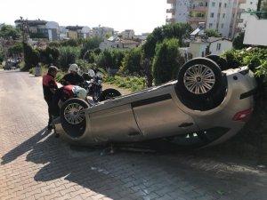 Geriye doğru manevra yapmak isterken aracı takla atan sürücü yaralandı