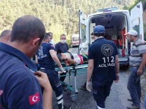 Köprüden geçmeye çalışan traktör dereye devrildi: 1 ölü, 1 yaralı