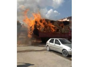 Elektrik tellerine temas eden kamyondaki samanlar alev alev yandı
