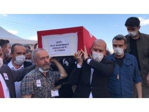 İçişleri Bakanı Soylu, şehit tabutuna omuz verdi