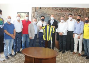 İskenderunlu Fenerbahçeliler Kaymakam Yönden'e forma hediye etti