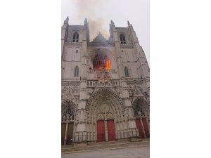 Fransa'da tarihi katedralde yangın