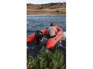 Sular yükselince nehirde mahsur kalan 10 kişilik aileyi itfaiye ekipleri kurtardı