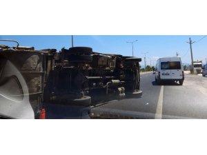 Milas'ta çöp kamyonu devrildi, iki kişi yaralandı
