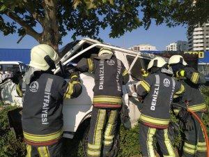 Hafif ticari araç ağaca çarparak durabildi: 2 yaralı