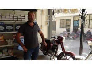Elektrikçi dükkanında sergilenen klasik motosikletler nostalji rüzgarı estiriyor