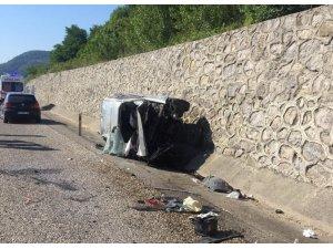 Direksiyon hakimiyetini kaybeden sürücü duvara çarparak yan yattı