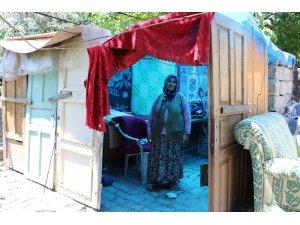 Evi yıkılan aile çıkma kapılardan kurdukları barakada yaşıyor