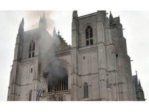 Fransa'daki katedral yangınında kundaklama şüphesi